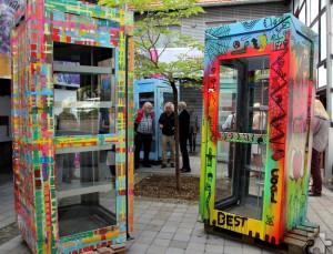 Insgesamt fünf ausrangierte Telefonzellen wurden künstlerisch gestaltet und zu Bücherschränken umfunktioniert. Noch bis zum 11. September können sie im Innenhof der Internationalen Kunstakademie Heimbach besichtigt werden. Foto: Thomas Schmitz/pp/Agentur ProfiPress