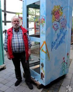 Schleidener Kunst für die Stadt Schleiden: Klaus Ranglack, stellvertretender Bürgermeister, nahm den von Maf Räderscheidt gestalteten Märchen-Bücherschrank entgegen. Foto: Thomas Schmitz/pp/Agentur ProfiPress