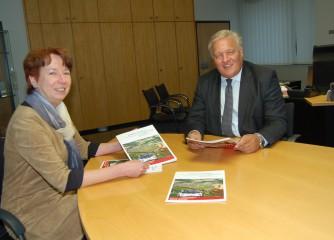 Landrat Wolfgang Spelthahn und Anette Winkler, Leiterin der Wirtschaftsförderung Kreis Düren, freuen sich über die neue Wirtschaftsbroschüre des Kreises Düren, die kostenlos erhältlich ist