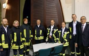 Heimbachs Bürgermeister Peter Cremer (r.) dankt den Einsatzkräften von Feuerwehr und Technischem Hilfswerk, die die Sicherheit der Lit.Eifel-Gäste überwachten und Parkplatzdienst versahen. Foto: Manfred Lang/pp/Agentur ProfiPress