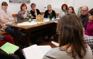 Teil der Übungen in der Lit.Eifel-Schreibwerkstatt in der Akademie Kloster Steinfeld war es, die eigenen Geschichten vorzulesen. Foto: Steffi Tucholke/pp/Agentur ProfiPress