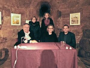Die Autoren Dennis Vlaminck (vorne, v.r.), Elke Pistor sowie H. Dieter Neumann signierten ausgiebig in der historischen Kapelle des Bergfriedes, Käthe Rolfink und Luzia Schlösser (hinten, v.r.) danken ihnen für die hervorragenden Lesungen.