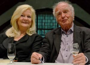 Monschaus Bürgermeisterin Margareta Ritter ist Vorsitzende der Lit.Eifel. Martin Walser freute sich, bei ihr und einem proppenvollen Auditorium in Heimbach zu Gast zu sein. Foto: Manfred Lang/pp/Agentur ProfiPress