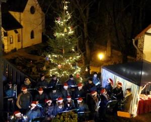 Die Turmbläser versetzt die Besucher des Weihnachtsmarktes mit passender Musik in richtige Adventsstimmung. Foto: Paul-Joachim Schmülling/Eifelverein Reifferscheid/pp/Agentur ProfiPress