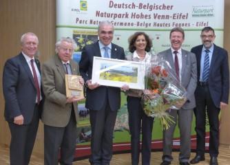 Im Rahmen seiner Verabschiedung als Vorsitzender des Naturparks Nordeifel e.V. wurde Herrn Günter Schumacher (3.v.l.) die Schmitt-Degenhardt-Medaille verliehen. Von links nach rechts: Aloysius Söhngen (stellv. Vorsitzender), Alois Sommer (Ehrenvorsitzender), Günter Schumacher (Vorsitzender von 2004-2016), Katharina Schumacher, Manfred Poth (neu gewählter Vorsitzender) und Reinhold Müller (Vorsitzender des Arbeitsausschusses) © Naturpark Nordeifel e.V.