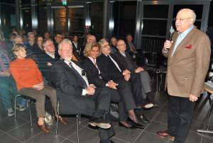 Heinz Otto Koch, Vorsitzender des Fördervereins, begrüßte rund 100 Zuhörer zur ebenso unterhaltsamen wie informativen Vortragsveranstaltung mit den Medizinprofessoren Hans Schwering und Karl F. R. Neufang (1. Reihe, 1. und 3.v.l.). Foto: Renate Hotse/pp/Agentur ProfiPress