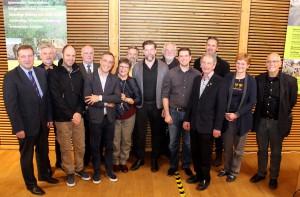 Gemeinsam für den Holzbau in der Eifel im Einsatz: Die Preisträger und Jurymitglieder des Holzbaupreises Eifel nach der Preisverleihung. Foto: Steffi Tucholke/pp/Agentur ProfiPress