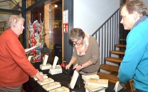 Am Büchertisch konnten die Besucher das neu erschienene Buch auch käuflich erwerben. Foto: Sarah Winter/pp/Agentur ProfiPress