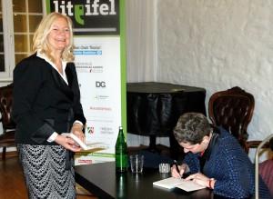 Auch die Vorsitzende des Vereins Lit.Eifel, Monschaus Bürgermeisterin Margareta Ritter, ließ sich nach der Lesung von Felicitas Hoppe ein Buch signieren. Foto: Claudia Hoffmann/pp/Agentur ProfiPress