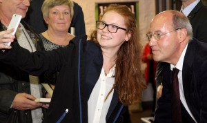 Zwar wurde das Publikum von Gregor Gysis Personenschutz mit Argusaugen beobachtet. Doch diese junge Dame kam ihm für ein Selfie recht nahe. Foto: Thomas Schmitz/pp/Agentur ProfiPress