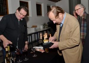 Werner Biermanns Freund Karl Brück hatte für den Abend Canto Grande, den Lieblingsrotwein des Autors und Filmemachers, besorgt. Foto: Manfred Lang/pp/Agentur ProfiPress