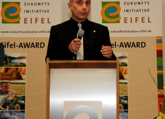 Moderiert wurde die Preisverleihung der Zukunftsinitiative Eifel vom Bonner Journalisten Klaus Schäfer. Foto: Thomas Schmitz/pp/Agentur ProfiPress