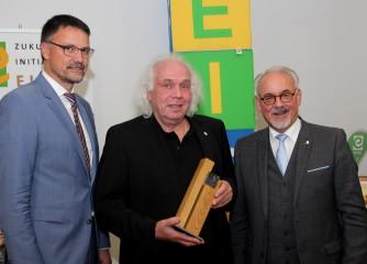 Dem Kaller Helmut Lanio (M.) wurde der Eifel-Award für sein soziales und kulturelles Engagement vom Aachener Städteregionsrat Helmut Etschenberg (r.) überreicht. Foto: Thomas Schmitz/pp/Agentur ProfiPress