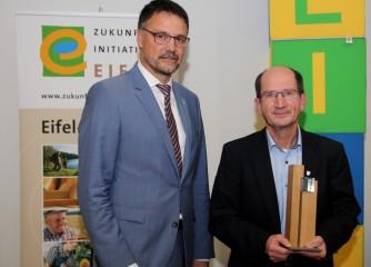 2009 veranstaltete Hans Nieder (M.) zum ersten Mal die Dauner Fototage. Heinz-Peter Thiel, Landrat des Landkreises Vulkaneifel, überreichte ihm den Eifel-Award. Foto: Thomas Schmitz/pp/Agentur ProfiPress