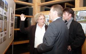 Wilfried Pracht, Bürgermeister der gastgebenden Gemeinde Nettersheim, unterhielt sich im Anschluss an die Preisverleihung mit einigen Gästen über die vorgestellten Projekte. Foto: Steffi Tucholke/pp/Agentur ProfiPress