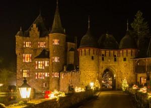 In warmen Lichterglanz getaucht ist die Burg Satzvey an den vier Adventswochenenden anlässlich der malerischen Burgweihnacht. Foto: Burg Satzvey/Mike Göhre