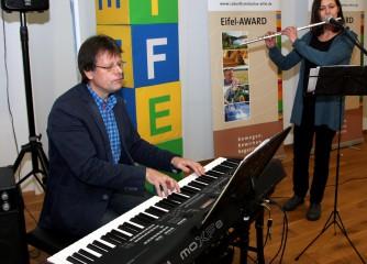 Die Musiklehrer Harald Meyer und Ulrike Friedrich umrahmten die Veranstaltung musikalisch. Foto: Thomas Schmitz/pp/Agentur ProfiPress