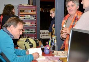 In der Pause signierte der Autor auf Wunsch auch die Bücher der Zuhörer. Darunter auch Mitglieder seiner Familie. Foto: Sarah Winter/pp/Agentur ProfiPress