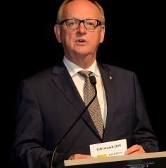 Moderator Fritz Rötting, Geschäftsführer der Industrie- und Handelskammer zu Aachen, führte bei der Eifel-Award-Verleihung durch einen kurzweiligen Abend. Foto: M. Lang/pp/ProfiPress