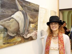 Mit ihren Gedichten, pluralistischen Bildern und abgebildeter Lyrik brachte sich Mona Dia passend ein. Die Zwillingsschwester Frankes zog erst im vergangenen Jahr von Starnberg in die Eifel und arbeitet seitdem im Atelier in Gemünd. Foto: Kirsten Röder/pp/Agentur ProfiPress