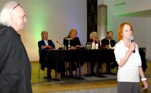 """""""Der Traum seines ganzen Lebens war es, fremde Kulturen kennenzulernen"""", sagte Werner Biermanns Witwe Bess Köhler bei der Eröffnung der Lit.Eifel-Hommage auf den Münstereifeler Autor und Filmemacher, der das renommierte Nordeifeler Literaturfestival vor drei Jahren mitgegründet hatte. Links Helmut Lanio, der Moderator des Abends, Biermanns Freund und Mitstreiter im Lit.Eifel-Programmbeirat, im Hintergrund (von rechts) Biermanns Weggefährten und Vorleser Bernt Hahn, Renate Fuhrmann, Hannes Schöner und Roger Handt. Foto: Manfred Lang/pp/Agentur ProfiPress"""