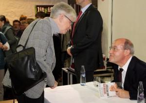In der Pause erfüllte Gregor Gysi die Autogrammwünsche der Zuschauer. Foto: Thomas Schmitz/pp/Agentur ProfiPress