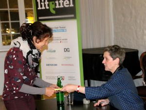 Auch das ist Teil des Konzepts der Lit.Eifel-Lesungen – die Nähe zum Publikum. Auch Felicitas Hoppe nahm sich während der Veranstaltung in Monschau Zeit für ihre Zuhörer und signierte Bücher. Foto: Claudia Hoffmann/pp/Agentur ProfiPress