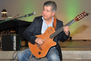 """Der chilenische Gitarrist und Sänger Manuel Torres eröffnete den Biermann-Abend mit Liedern aus seiner Heimat. Auch in der Pause unterhielt der Musiker mit Cumbia, Salsa und Samba – zum Schluss intonierte er zu Ehren Werner Biermanns ein Danklied auf das Leben, """"Gracias a la vida"""", das er auch schon bei der Trauerfeier in der evangelischen Kirche Münstereifel angestimmt hatte. Foto: Manfred Lang/pp/Agentur ProfiPress"""