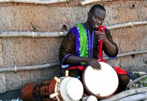 Der senegalesische Meistertrommler Pape Samory Seck bietet einen Trommelworkshop an und gibt ein mitreißendes Konzert. Foto: Privat/pp/Agentur ProfiPress