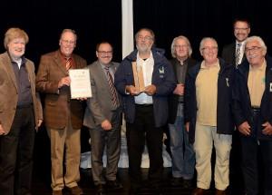 Die ausgezeichnete Wacholderwacht Osteifel mit Laudator und Bürgermeister Gerd Heilmann (3.v.l.). Foto: Manfred Lang/pp/ProfiPress
