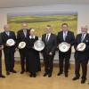 Landrat ehrt fünf Persönlichkeiten  mit dem Wappenteller
